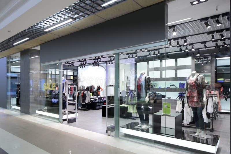 Download Окно красивого европейского магазина Стоковое Изображение - изображение насчитывающей одежда, оборудование: 40575451