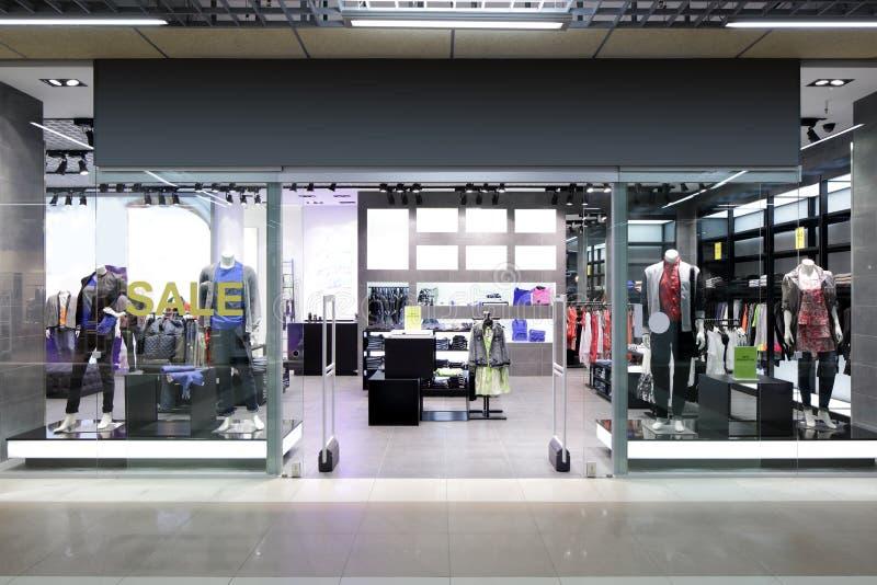 Download Окно красивого европейского магазина Стоковое Изображение - изображение насчитывающей зодчества, воцарения: 40575641