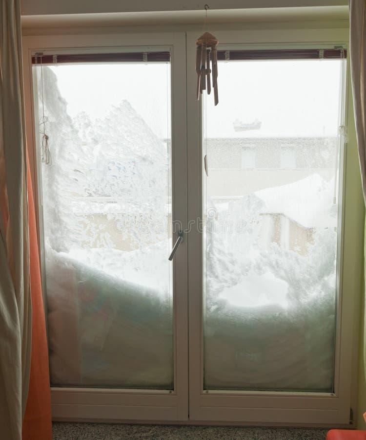 Окно крышек снежка половинное. Снежности в Европе стоковые фотографии rf