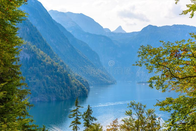 Окно леса с взглядом на озере около Schoenau Koenigssee, Konigsee, национальный парк Berchtesgaden, Бавария, Германия стоковое изображение