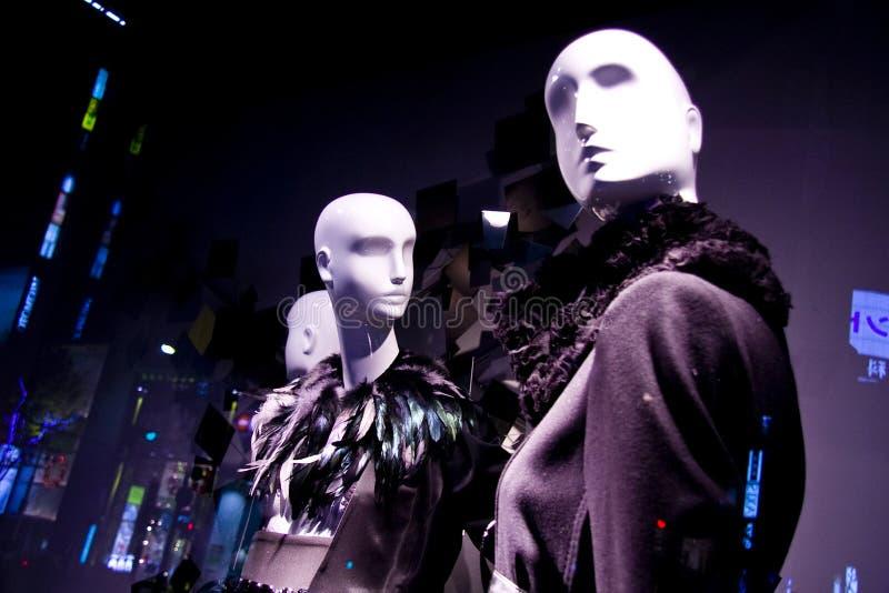 окно магазина сбывания манекенов способа женское стоковые фото