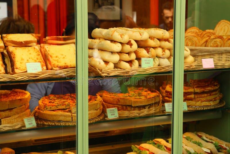 Окно магазина французского печенья в Париже Франции стоковые изображения rf
