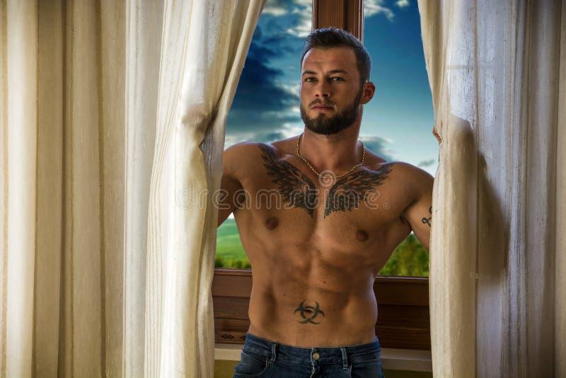 Окно мышечного топлесс человека готовя стоковое фото rf