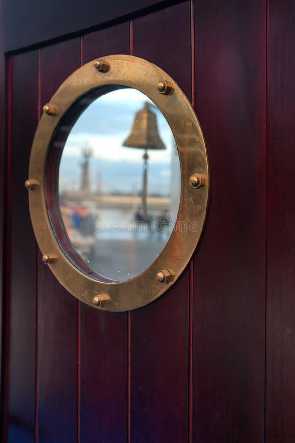 Окно на двери кабины на корабле стоковое фото rf