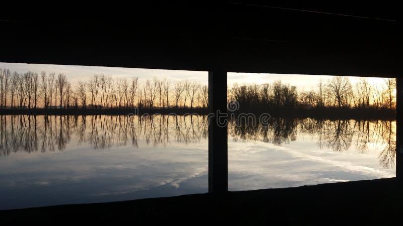 Окно над озером стоковое изображение rf