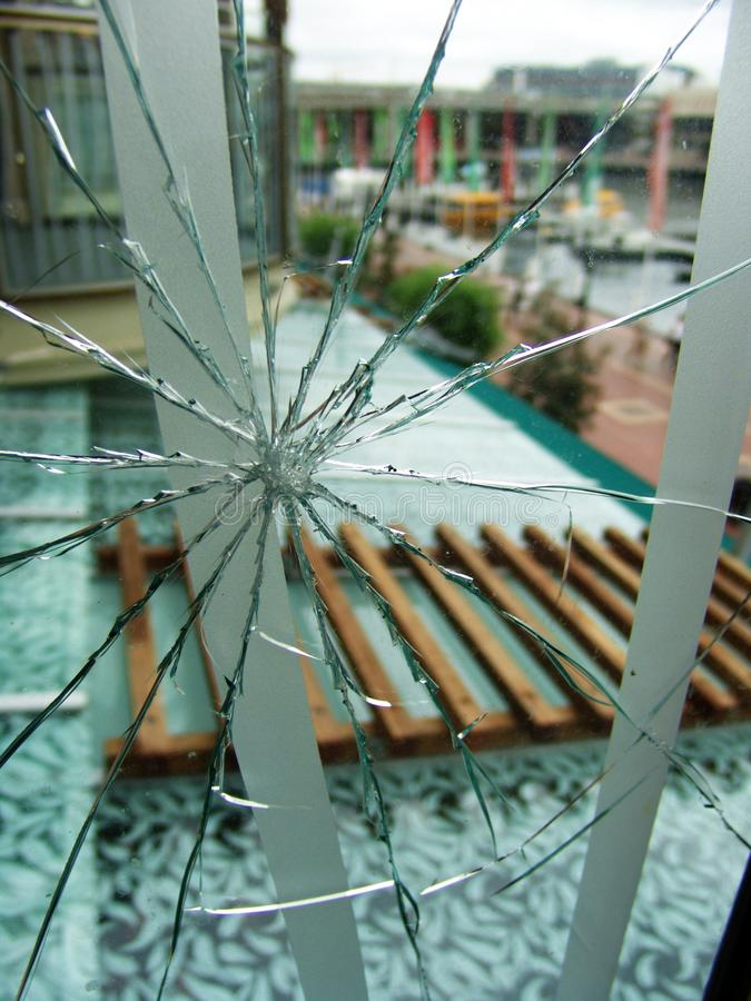 Окно осколков стекла около стеклянной крыши стоковое фото rf