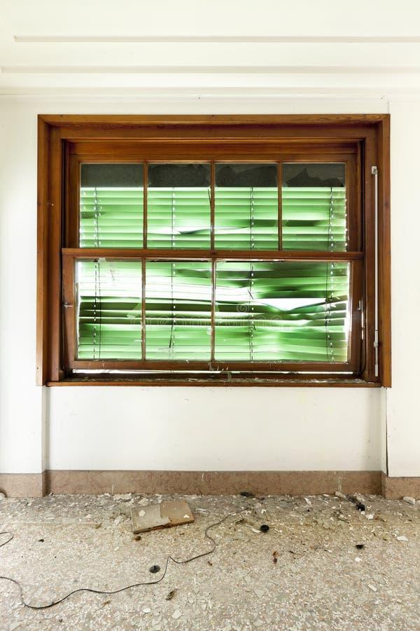 Окно при сломанная штарка ролика стоковые изображения rf