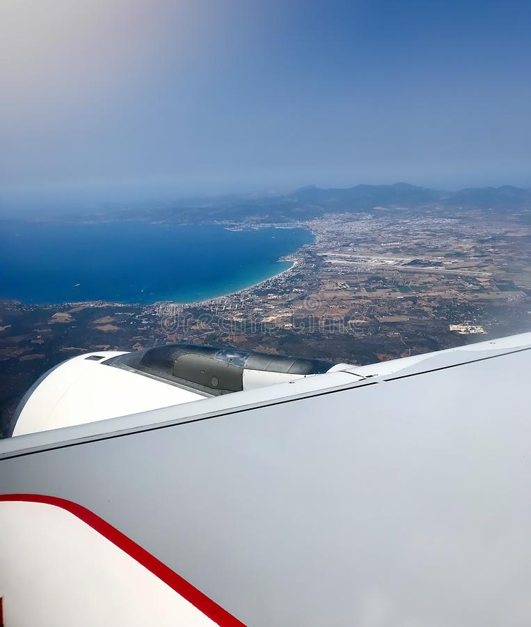 Окно самолета с крылом и ясным небом около аэропорта Palma de Majorca стоковые изображения rf