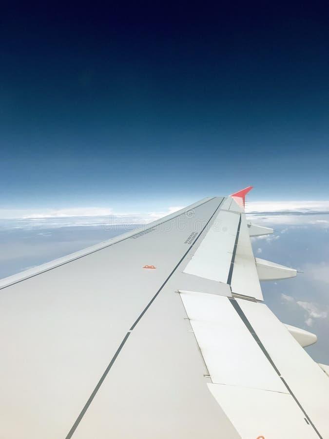 Окно самолета с крылом и ясным небом стоковые изображения rf