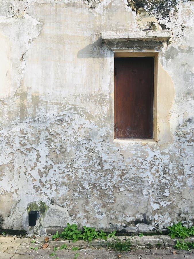 Окно со стеной, прекрасным местом для того чтобы принять фото стоковые фото
