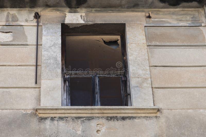 Окно старого арендуемого дома стоковая фотография