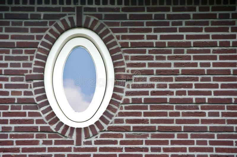 окно стены кирпича овальное стоковые фото