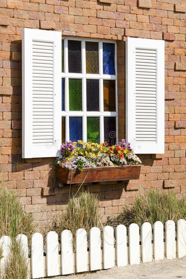 окно стены красного цвета кирпича стоковое изображение