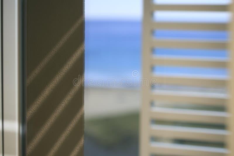 Окно с видеть моря стоковые изображения rf