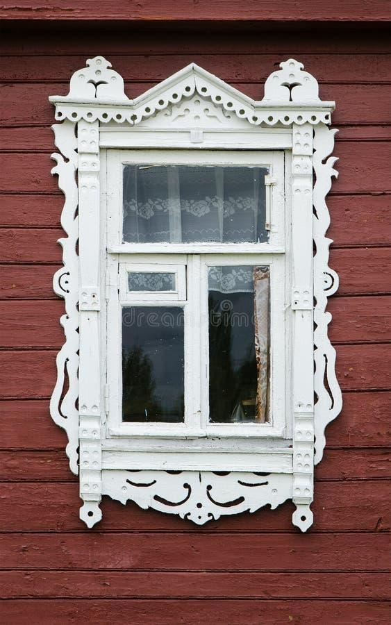 Окно с красивым волнованнсяым деревянным nasus случая стоковое изображение