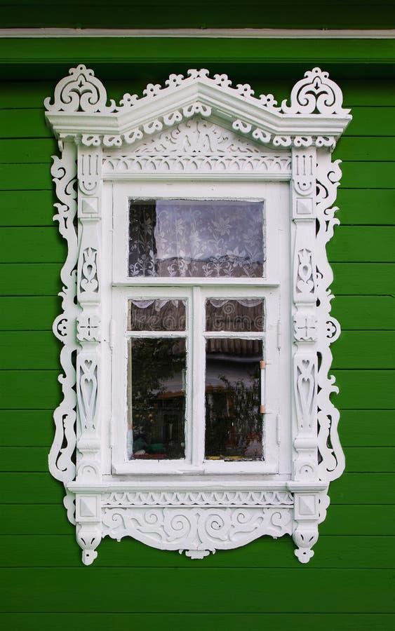 Окно с красивым волнованнсяым деревянным nasus случая стоковое фото rf