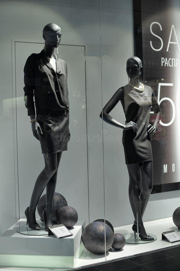 Окно с манекенами стоковые изображения rf