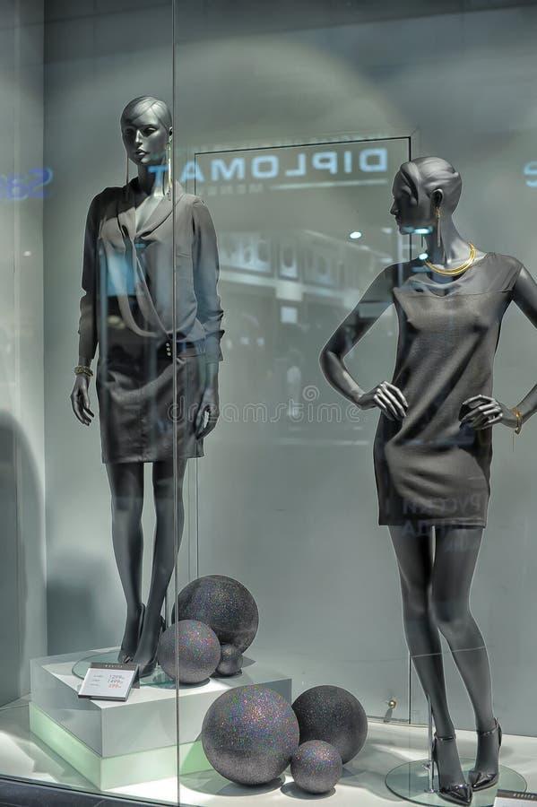 Окно с манекенами стоковая фотография rf