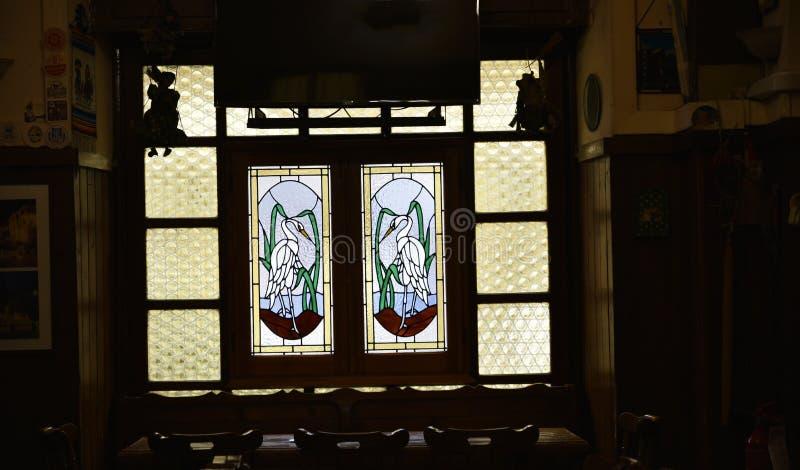 Окно с птицами в ресторане и погребе пива в Риме Италии стоковые изображения rf