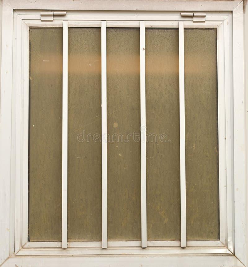 Окно с рамкой металла, предпосылкой иллюстрация вектора
