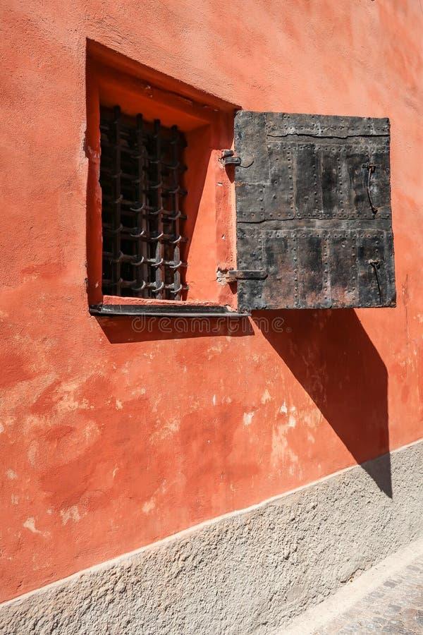 Окно с решетками металла стоковые фотографии rf
