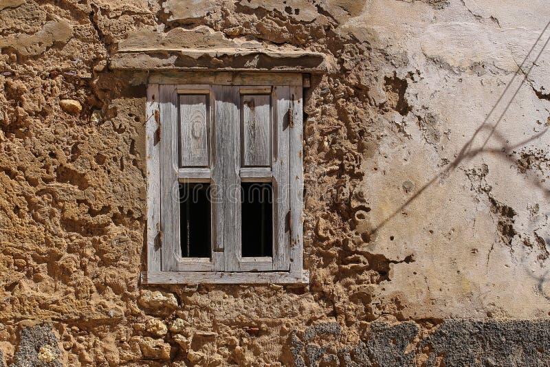 Окно с сломленной деревянной штаркой стоковое изображение rf