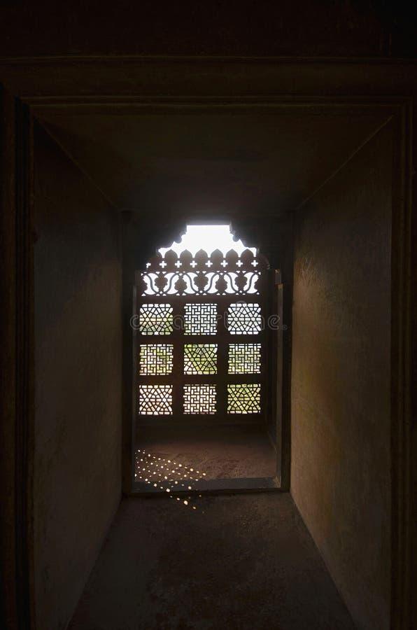 Окно украшенное с резным изображением Дворец Bir Singh или дворец Dev Bir Singh Dati Madhya Pradesh стоковые фотографии rf
