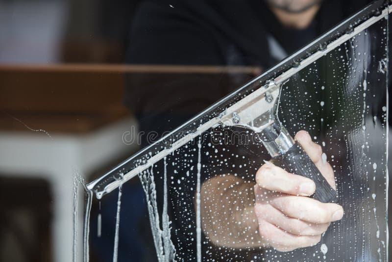 окно фокуса чистки стеклянное поверхностное стоковое изображение