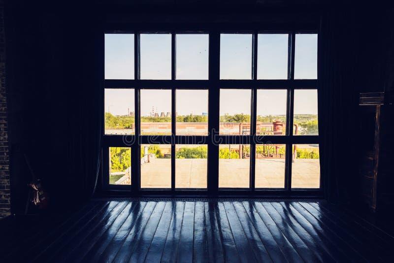 Окно Asilhouette огромное панорамное к полу, сравнивая освещению, солнечному дню вне окна и сумеркам в комнате стоковое фото rf