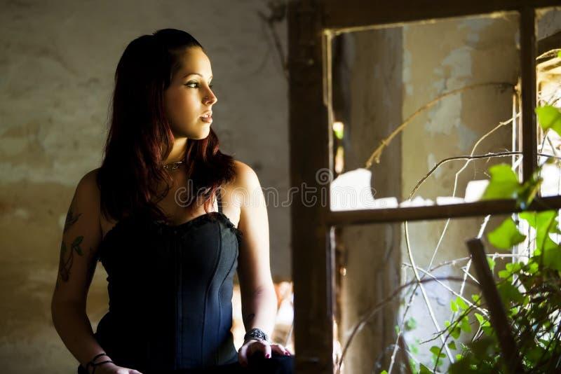 окно goth девушки стоковая фотография rf