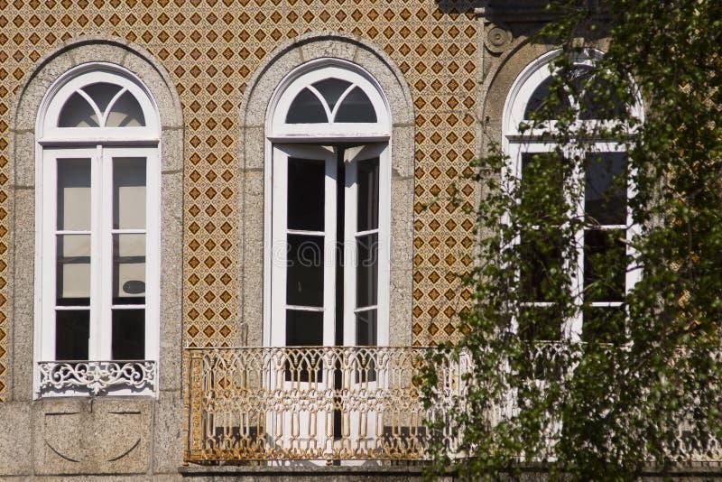Окно Guimaraes Португалия двери стоковые изображения