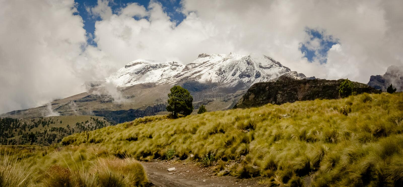 Около взгляда вулкана Iztaccihuatl стоковая фотография