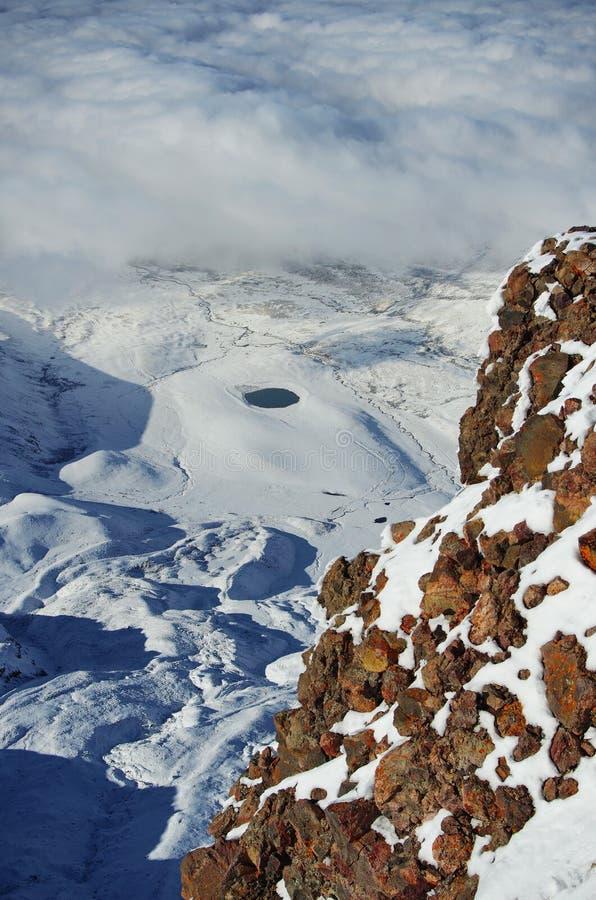 Около горы Aragats Армении люди озера рыболовства шлюпки Самый высокий армянский пик ` s Осень в Армении стоковая фотография rf