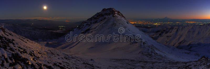 Около горы Aragats Армении Осень в Армении Окно с jalousie стоковое изображение rf