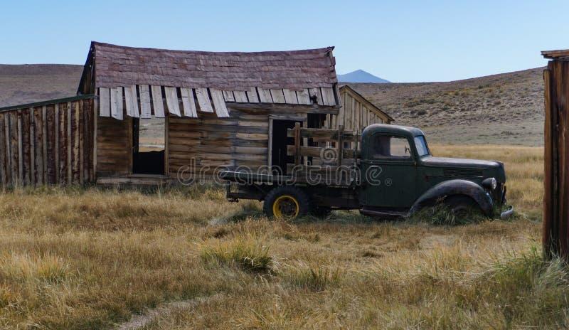 Около грузовой пикап 1940 покинутый в сценарной глуши стоковые фотографии rf
