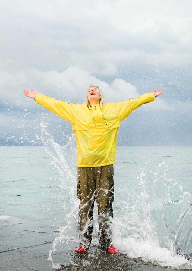 около женщины океана стоковое изображение