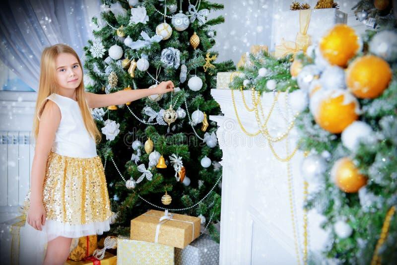 Около рождественской елки стоковые фотографии rf