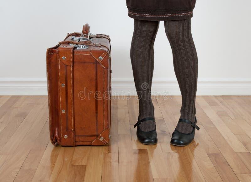 около стоящей женщины сбора винограда чемодана стоковое изображение rf