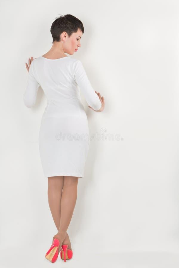 около стоящей женщины стены стоковое фото