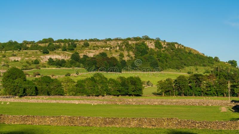 Около Austwick, северный Йоркшир, Англия, Великобритания стоковые изображения rf