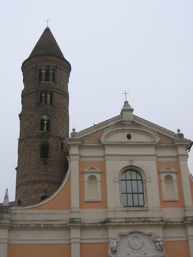 Оконечность церков St. John и Пола с старой колокольней столетия IX к Равенне в Италии стоковые фотографии rf