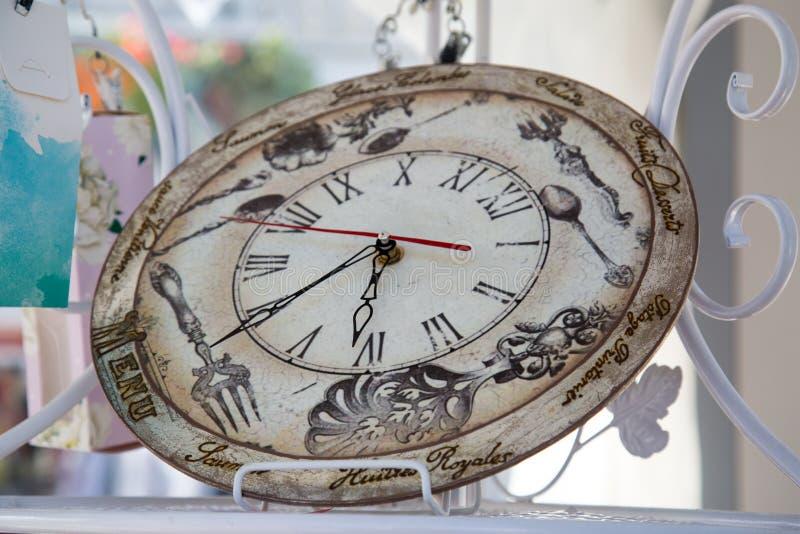 Округлая форма часов белизны середины девятнадцатого века с меню надписей стоковая фотография rf