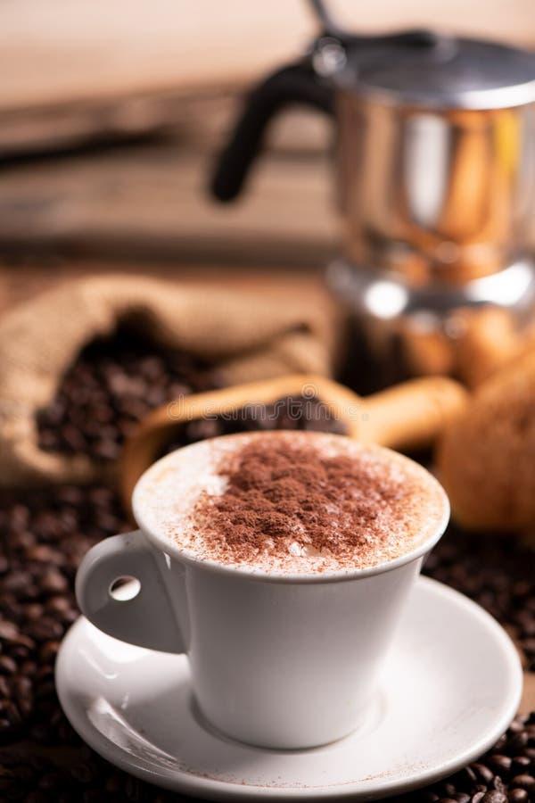 окруженная кофейная чашка фасолей стоковое фото