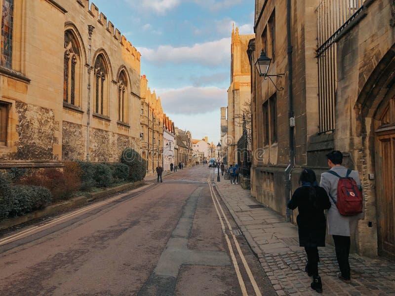 Оксфорд, Великобритания: Фотоснимок пар гуляя через улицы Оксфорда стоковое фото