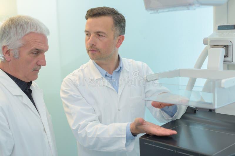 2 доктора обсуждая новое approvement методов на больнице стоковое изображение