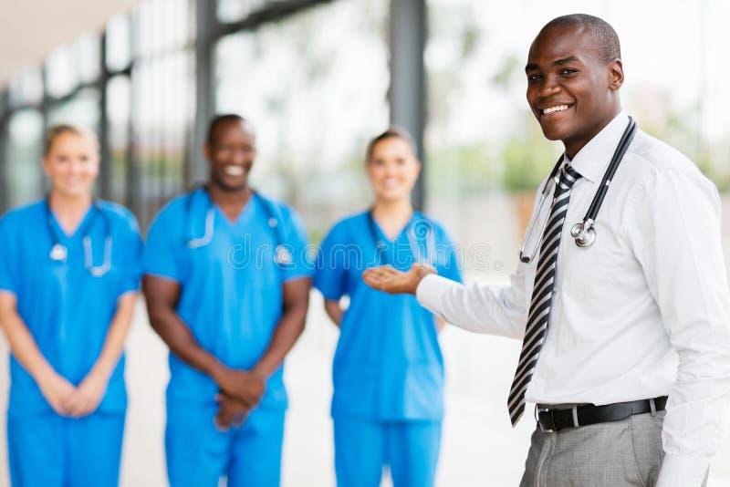доктор представляя медицинскую бригаду стоковые изображения rf