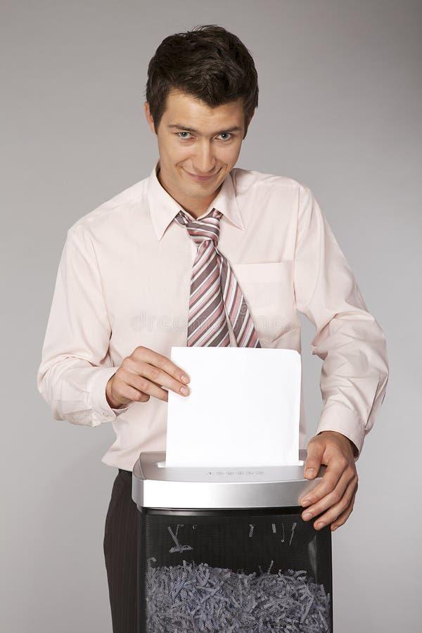 документы бизнесмена кавказские shredding детеныши стоковое изображение rf