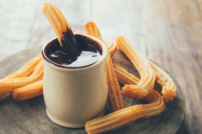 Окунать churros на соусе шоколада стоковые изображения rf