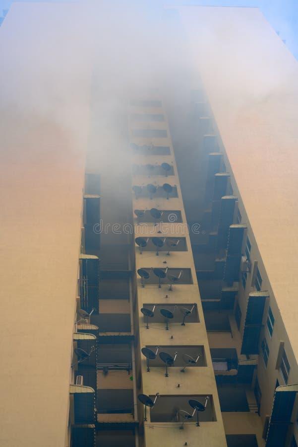 Окуривание репеллента москита на блоке высотного здания здания снабжения жилищем стоковые фото