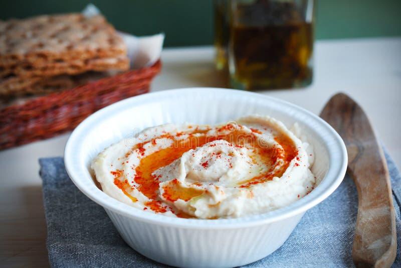 оливка масла hummus dip хлеба корзины хрустящая стоковое фото rf